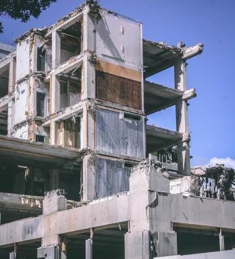 gray-concrete-building-783960
